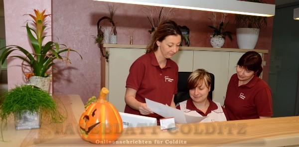 Am Tresen in der Zahnarztpraxis
