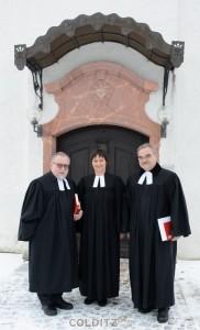 Gemeinsam vor dem Kirchenportal - SI M. Weismann, Pfrin. D. Schanz und Pf. Dr. M. Beyer