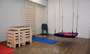 Kinder-Behandlungszimmer mit Hockertreppe und Therapieschaukel