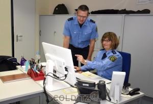 an ihrem Arbeitsplatz mit Polizeirat F. Donner