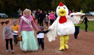 Birkenkönigin Sandy und Huhn Berta nehmen die Kinder an die Hand