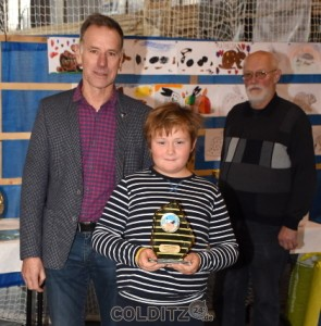 Auszeichnung mit einem Jugendpokal