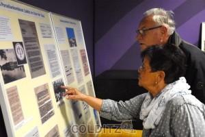 Interessiert schauen die Gäste auf die Ausstellung