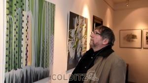 Ein Gast beim Betrachten der Gemälde