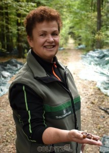 Revierförsterin Barbara Kotschmar mit zertifizertem Saatgut