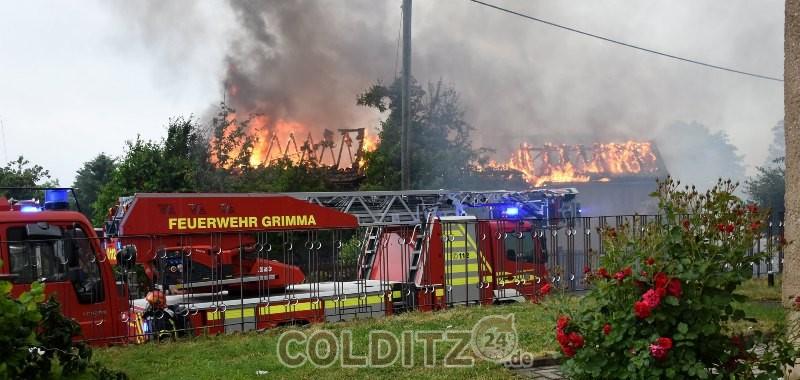Brand eines 3-Seiten-Hofes nach Blitzschlag