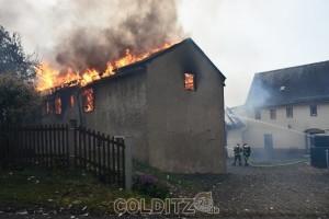 Beide Seitengebäude stehen in Flammen
