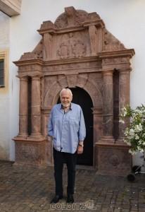 Gunther Emmerlich vor dem Portal der Colditzer  Schlosskirche