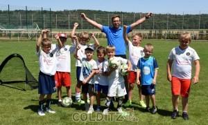 Kinder trainieren trotz Hitze das faire Spielen