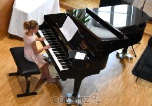 Am Flügel die neunjährige Nela aus Litvinov