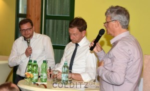 Pfarrer Bickardt moderiert die Runde