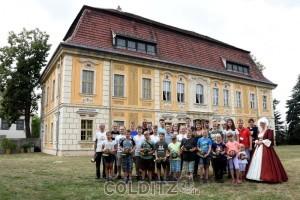 Die Jagdhornbläser-Gilde vor historischer Kulisse