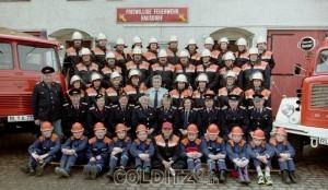 Die Hausdorfer FFW 1998 - unter ihnen die Frauengruppe und die Jugend-FFW