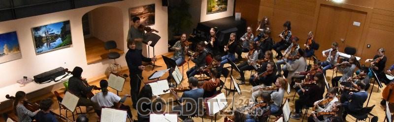 Die Philharmonie mit Dirigent Wolfgang Hentrich