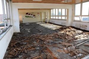 Der Fussboden müsste auch mal wieder gemacht werden...
