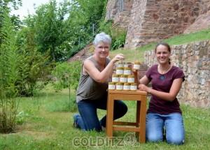 Britta Köpke und Paula Schiller mit der kleinen Köstlichkeit