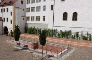 Auf dem vorderen Schlosshof - die Pferdeschwemme, Sockel  und Torportale aus Rochlitzer Porphyr