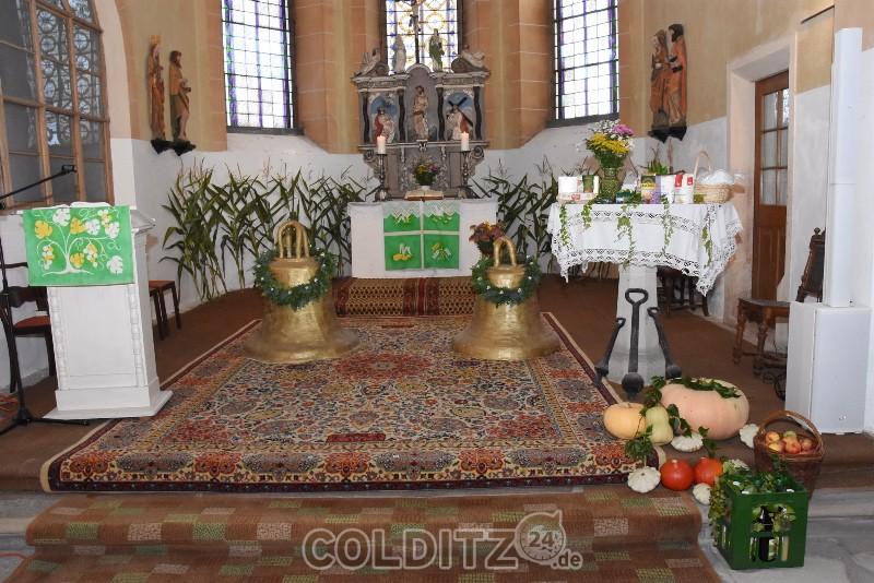 Altarraum zuum Erntedank und dem 25-jährigen Jubiläum der Glockenweihe 1995