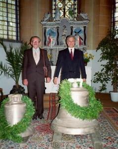 Im Altarraum mit den Glocken - Armin Hänsel (li.) und Pfarrer Wolfgang Engewald