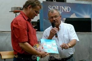 BM Richard Ficker übergibt BM Schmiedel einen Bildband seiner Gemeinde
