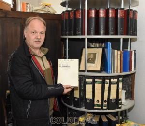 Andreas Häßler an dem riesigen Nachlass an Fachbüchern von Dr. Walter Hoffmann - Axthelm