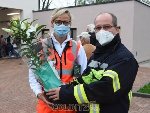 FFW und Rettungsdienst arbeiten stets eng zusammen - Steffen Schmidt überbringt Michaela Thoß ein paar Blumen